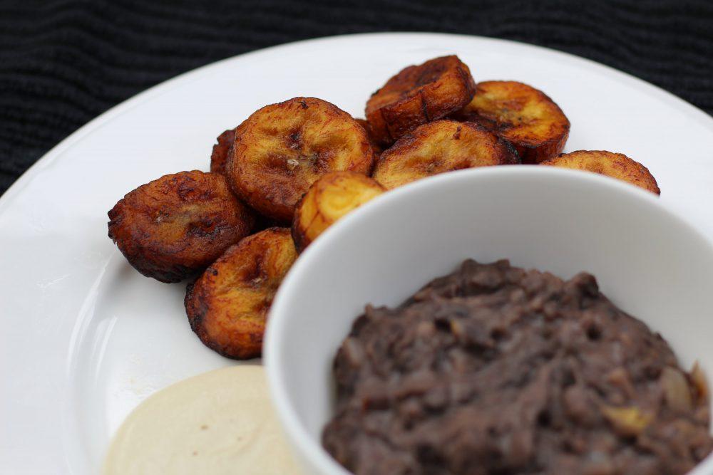 Platanos Fritos Con Frijoles Negros Y Crema Trendeing
